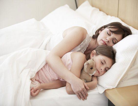 बच्चे अलग सोएं या मां बाप के साथ