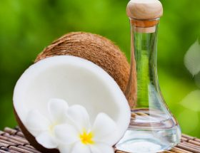 नारियल पानी से चेहरा धोने के हैं कई फायदे