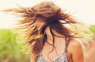 बालों की अच्छी तरह से कौंबिंग करें. फिर टेलकौंब की सहायता से बीच की मांग आगे से पीछे तक निकाल कर बालों के 2 पार्ट बनाएं.