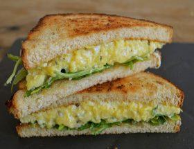 ब्रेकफास्ट में बनाए ऐग सैंडविच