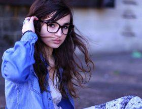 अपने चेहरे और बालों के अनुसार चुनें चश्मा