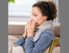बदलते मौसम में थोड़ी सी लापरवाही दे सकती है इन बीमारियों को न्यौता