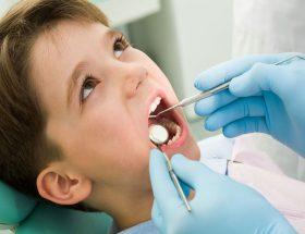 मेरे 9 वर्षीय बेटे के दूध के दांत में कीड़ा लगा है.