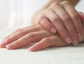 कुछ ही पलों में अपने फटे हाथों को बनाएं खूबसूरत