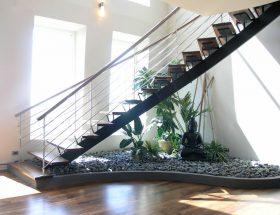 घर के सीढ़ियों के नीचे बनाएं पेबल गार्डन