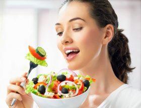 भूखे रहने से नहीं, खाने से होगा पेट कम