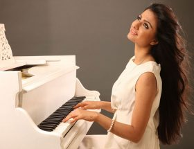 यहां वही हिट है जो फिल्मी गाने गाता है : रीवा राठौड़