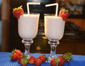 टेस्ट भी हेल्थ भी : स्ट्रॉबेरी-मैंगो चॉकलेट शेक
