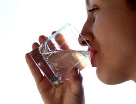 पानी पीने के हैं फायदे और नुकसान